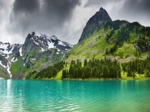 Postal: Lago junto a las montañas