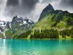 Lago junto a las montañas