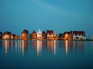 Postal: Casas a orillas de un lago azul
