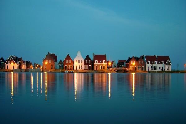 Casas a orillas de un lago azul