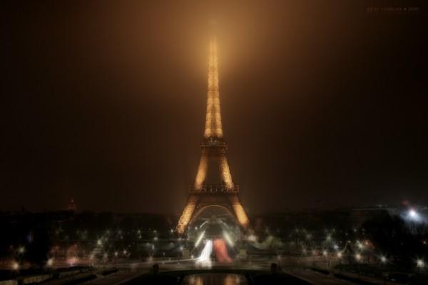 La noche se llena de luz alrededor de la Torre Eiffel
