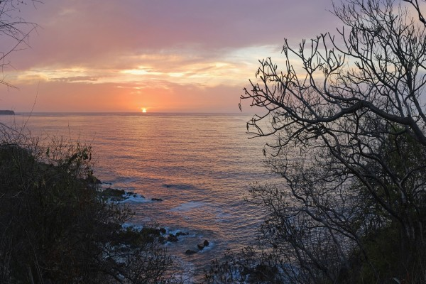 El sol hundiéndose en el mar