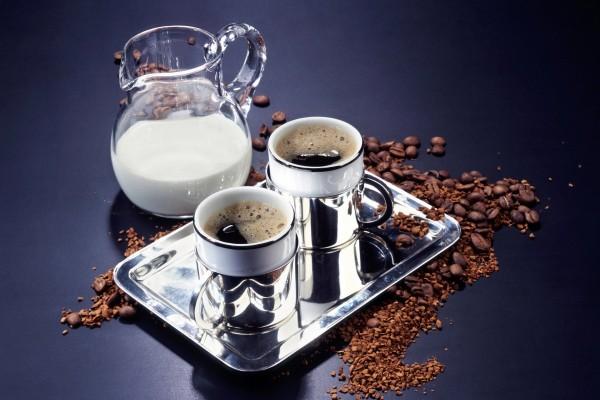 Bandeja con dos tazas de café
