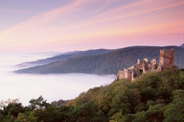 Vista de un castillo antiguo en la montaña