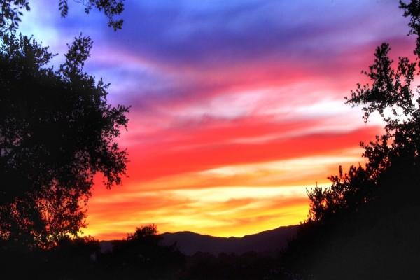 Franjas de colores en el cielo