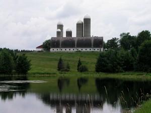Edificio cerca de zonas verdes y agua