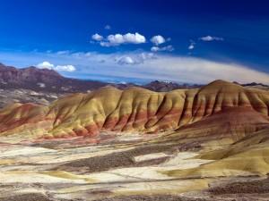"""Postal: Montañas multicolor en """"Monumento Nacional John Day Fossil Beds"""" (Oregón)"""