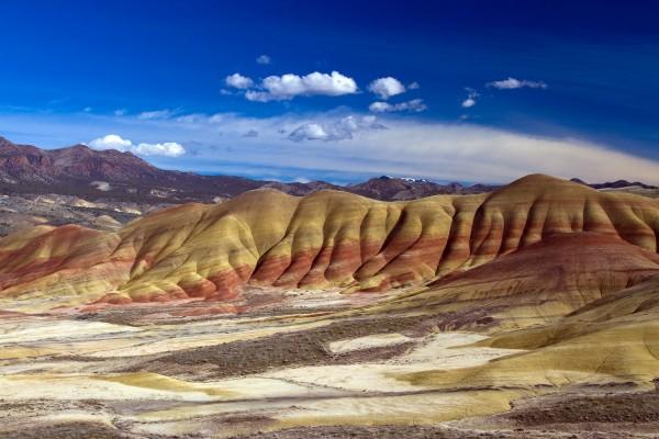 """Montañas multicolor en """"Monumento Nacional John Day Fossil Beds"""" (Oregón)"""