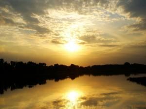 El sol en el cielo y en el agua