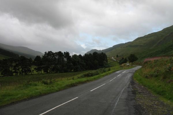 Carretera mojada por la lluvia