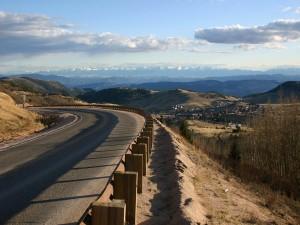 Carretera con vistas a las montañas
