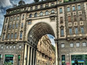 Postal: Edificio en una calle de Milán