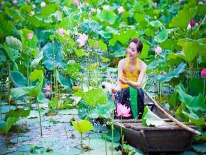 Un bote y una mujer entre las flores