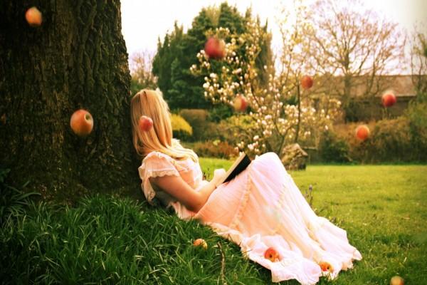 Manzanas cayendo del árbol