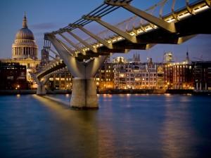 Puente del Milenio iluminado sobre el río Támesis