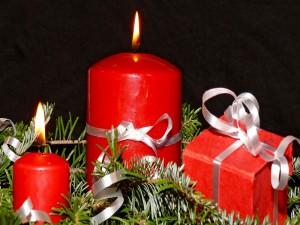 Caja de regalo y velas rojas