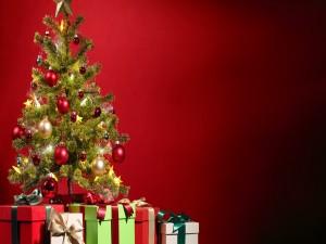 Postal: Cajas con regalos junto al árbol de Navidad