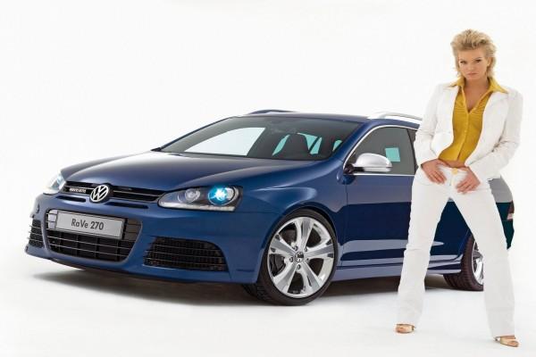 Volkswagen Golf Variant Rave 270 y una chica modelo