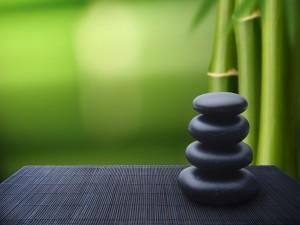 Piedras negras y bambú