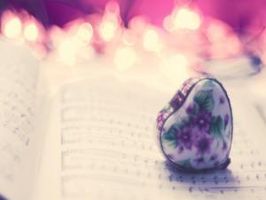 Postal: Cajita con forma de corazón sobre una partitura