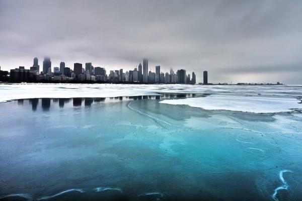 Agua helada cerca de la ciudad