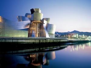 Postal: Museo Guggenheim Bilbao, iluminado al anochecer
