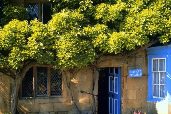 """Casa con un cartel azul """"Cama y Desayuno"""""""