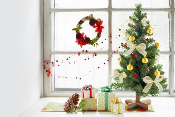 Árbol de Navidad y regalos junto a la ventana