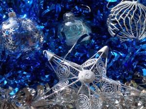 Estrella y bolas para adornar en Navidad