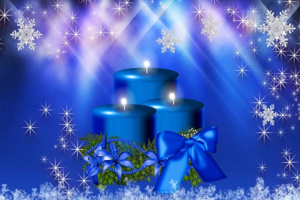 Velas azules encendidas por Navidad