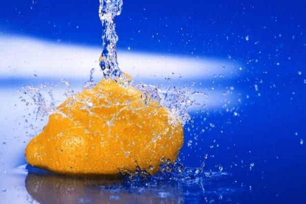 Chorro de agua sobre un limón