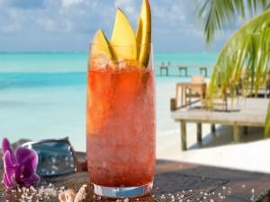 Cóctel con mango en una playa