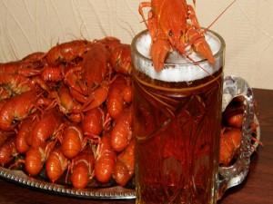 Jarra de cerveza y cangrejos de río