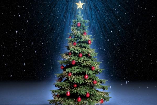 Arbolito de Navidad vestido con bolas rojas y cintas doradas