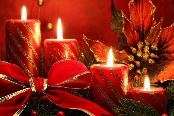 Adorno navideño con velas rojas