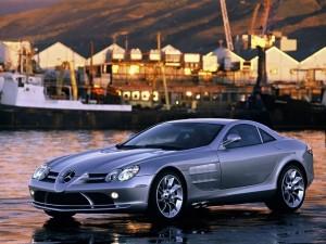 Postal: Coche Mercedes cerca del puerto