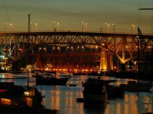Puentes iluminados en el puerto