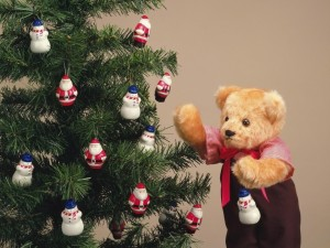 Postal: Peluche frente a un árbol de Navidad