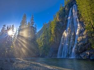 Postal: Rayos del sol iluminando una cascada