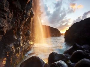 Cascada entre las rocas