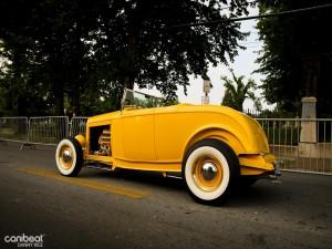 Postal: Coche clásico amarillo