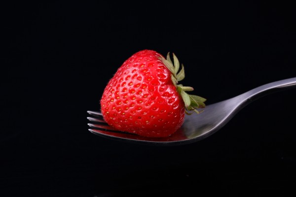 Fresa en un tenedor