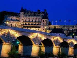Castillo de Amboise, y puente iluminado sobre el río Loira