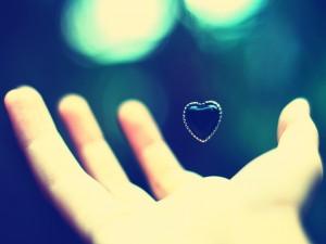 Corazón negro flotando en el aire