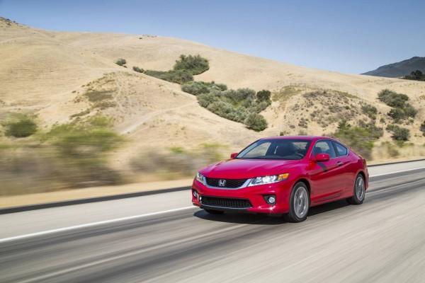 Honda rojo en la carretera