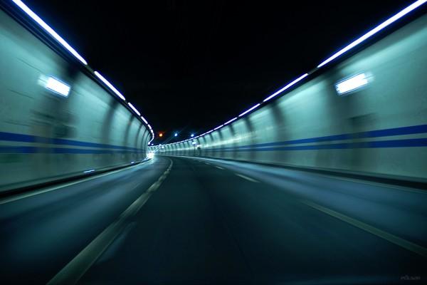 Carretera pasando por un túnel