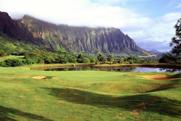 Campo de golf cerca de la montaña