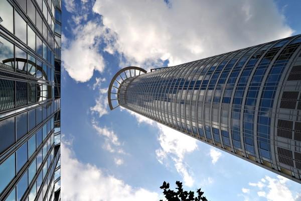 Mirando al cielo entre grandes edificios