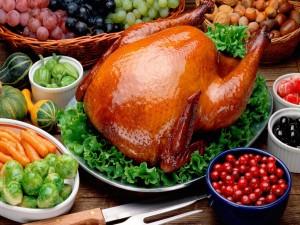 Ave asada y otros ingredientes para una comida
