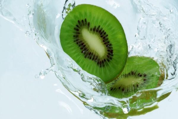 Rodajas de kiwi en el agua